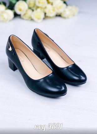 Удобные чёрные туфли на низком каблуке