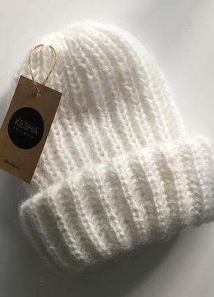 Белоснежная мохеровая шапочка пушистая с отворотом