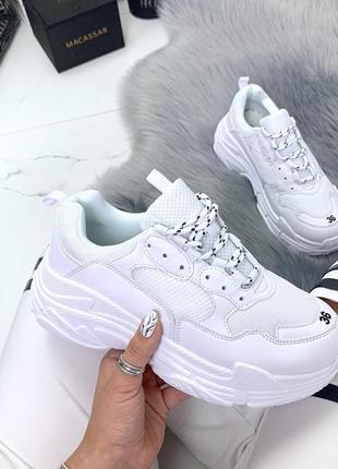 Стильные белые кроссовки с сеткой