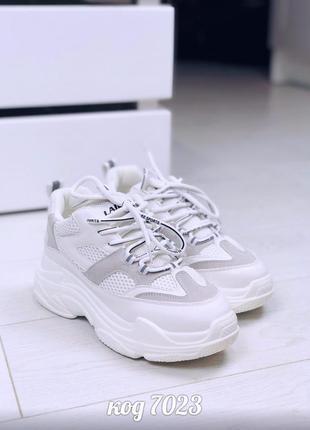 Белые лёгкие кроссовки со вставками сетки
