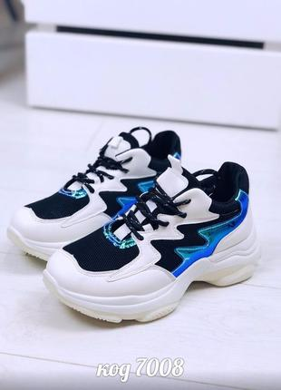 Стильные молочные кроссовки со вставками черной сетки