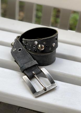 Дизайнерский кожаный серый пояс ремень с заклёпками и стразами...