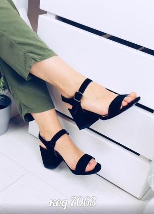 Черные босоножки из натуральной замши на низком каблуке