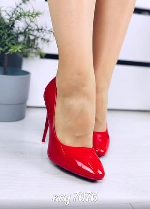 Шикарные лаковые туфли красного цвета