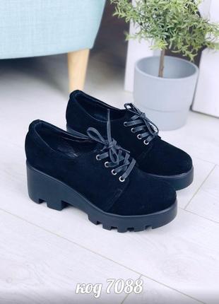 Стильные черные туфли на тракторной подошве из натуральной замши