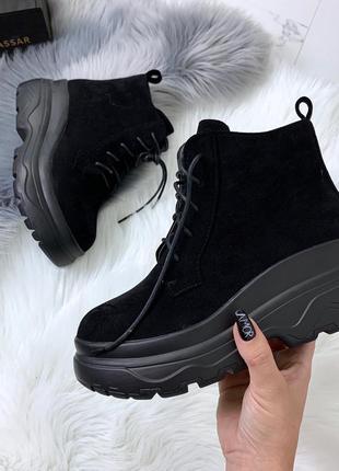 Стильные черные ботинки на массивной подошве