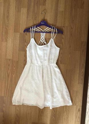 Нарядное белое платье на тонких бретелях бренда review