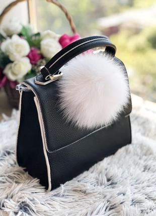 Кожаная сумка с брелком из натурального меха