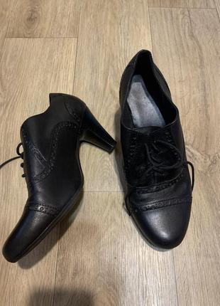 Кожаные туфли на каблуке 41р