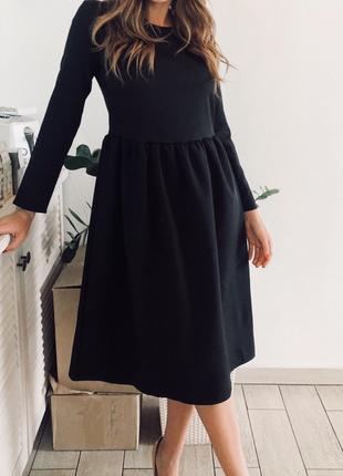 Черное платье миди с пышной юбкой