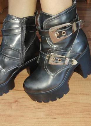 Ботинки демисезонные на тракторный подошве с каблуком