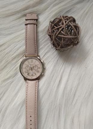 Часы женские золотые с бежевым ремешком под кожу.