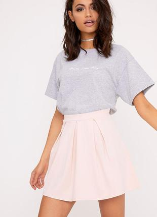 Розовая плотная мини юбка клешь  в складки prettylittlething