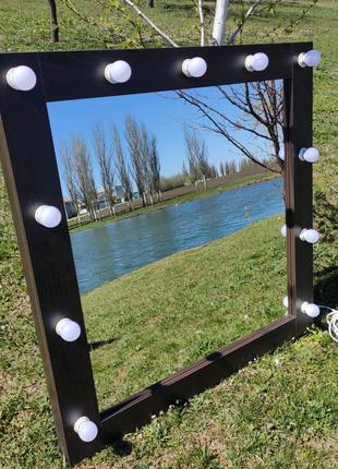 Зеркало з лампочками для макияжу