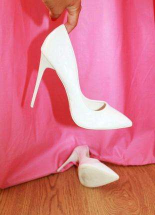 Белые туфли лодочн