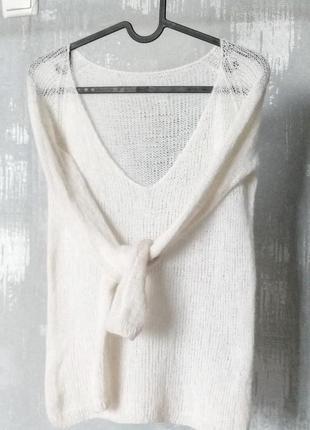 Утонченный свитер с декольте из итальянской пряжи