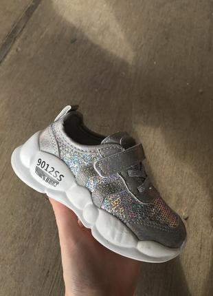 Новые детские белые кроссовки