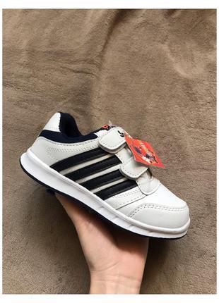 Новые белые детские кроссовки