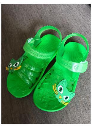 Новые детские зелёные босоножки, шлепки