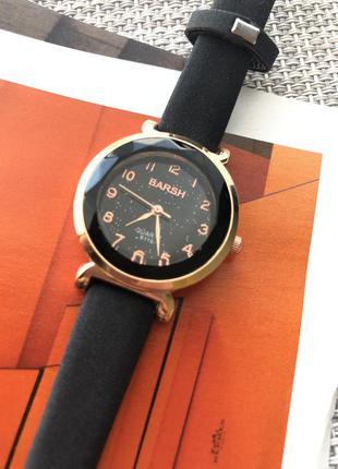 Женские наручные часы с замшевым ремешком