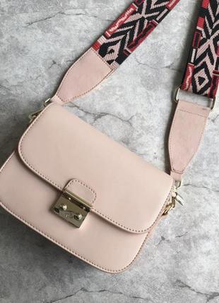 Розовая кожаная женская сумка с длинным цветным ремешком