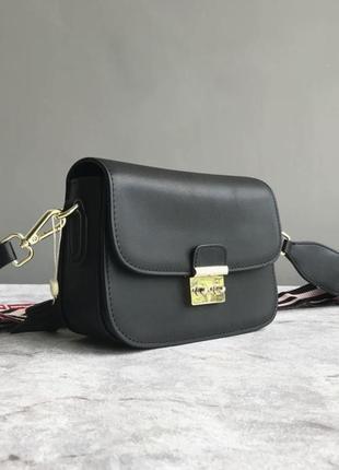 Чёрная кожаная женская сумка с длинным цветным ремешком