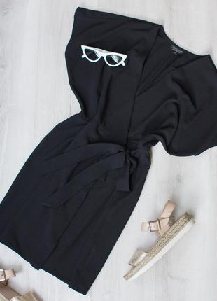 Красивое короткое черное платье на запах