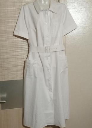 Плотное белое платье миди на пуговицах с поясом