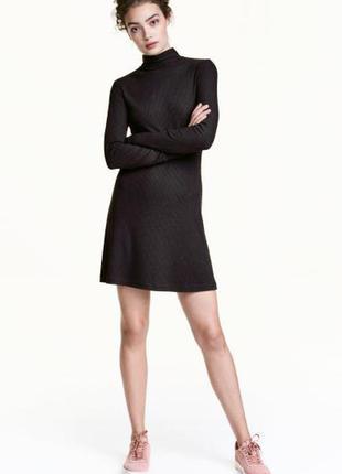Оригинальное платье из рельефного трикотажа от бренда h&m разм. l
