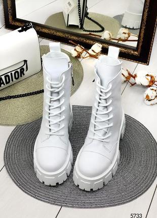 Демисезонные ботинки на шнуровке на толстой подошве