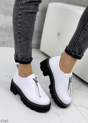 Стильные белые туфли на тракторной подошве