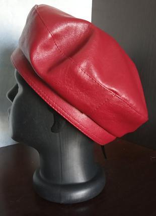 Женский берет из экокожи красный