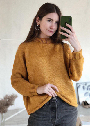 Горчичный свитер вязаный без ворота с круглым вырезом