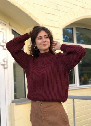 Бордовый свитер гольф с объемными рукавами и воротом