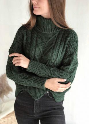 Зелёный свитер гольф с узорами косичками и низом волной