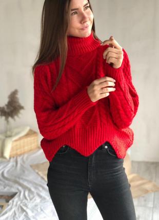 Красный свитер гольф с узорами косичками и низом волной
