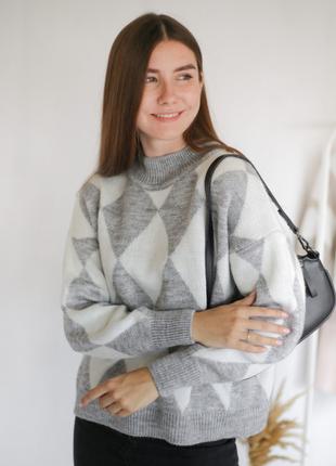 Серый свободный свитер гольф с геометрическим рисунком-ромбиками