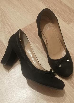 Замшевые натуральные туфли на устойчивом каблуке