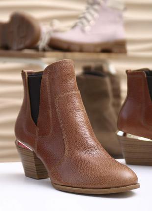 Женские рыжие ботинки на среднем каблуке