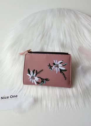 Чудовий гаманець з вишивкою в квіти пудрового кольору