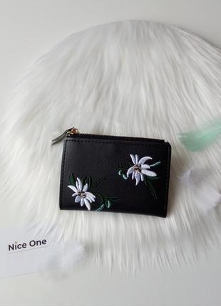 Красивий чорний гаманець в квіти