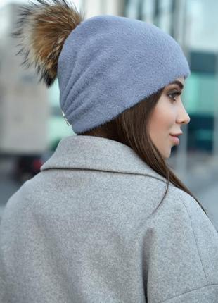 Теплая, стильная шапка с натуральный помпоном