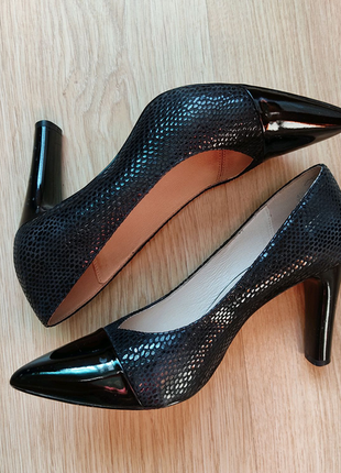 кожаные туфли лодочки со змеиной кожей чёрного цвета.