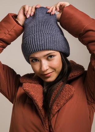 Высокая вязаная шапка женская цвета светлый джинс с отворотом