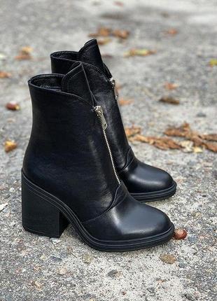 Кожаные демисезонные черные ботинки на каблуке