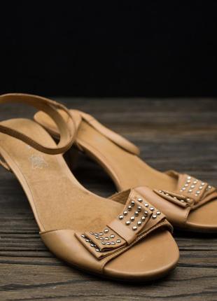 Женские стильные босоножки на низком каблуке andre р-39