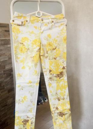 Белые штаны в желтые цветы