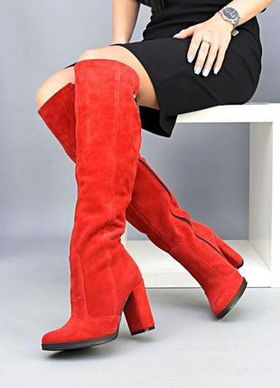 Красные ботфорты на высоком каблуке