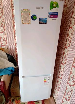 Двухкамерный холодильник.