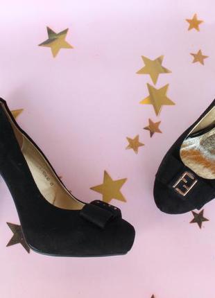 Шикарные туфли 39 размера на каблуке